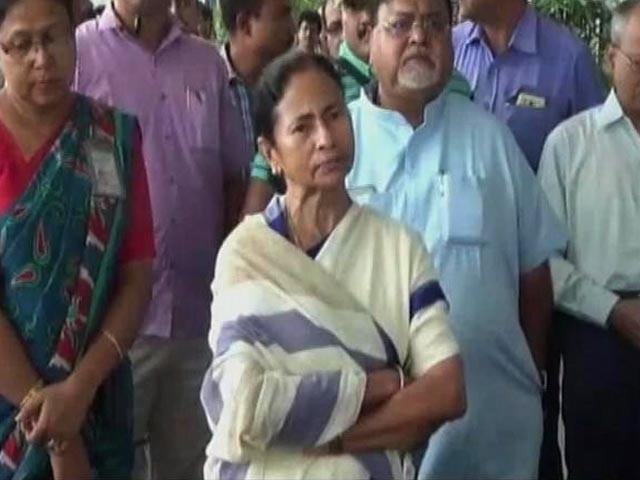 Mamata Banerjee briefs Rajnath Singh on security situation in Darjeeling