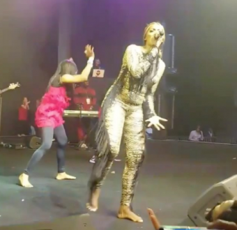 Video: Again, Tiwa Savage performs without her shoes