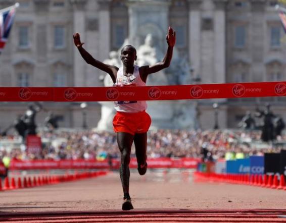 Kenyan athlete Eliud Kipchoge wins 2018 London Marathon as Mo Farah breaks British record
