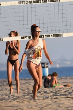 Alessandra Ambrosio – Plays beach volleyball with friends on Santa Monica Beach
