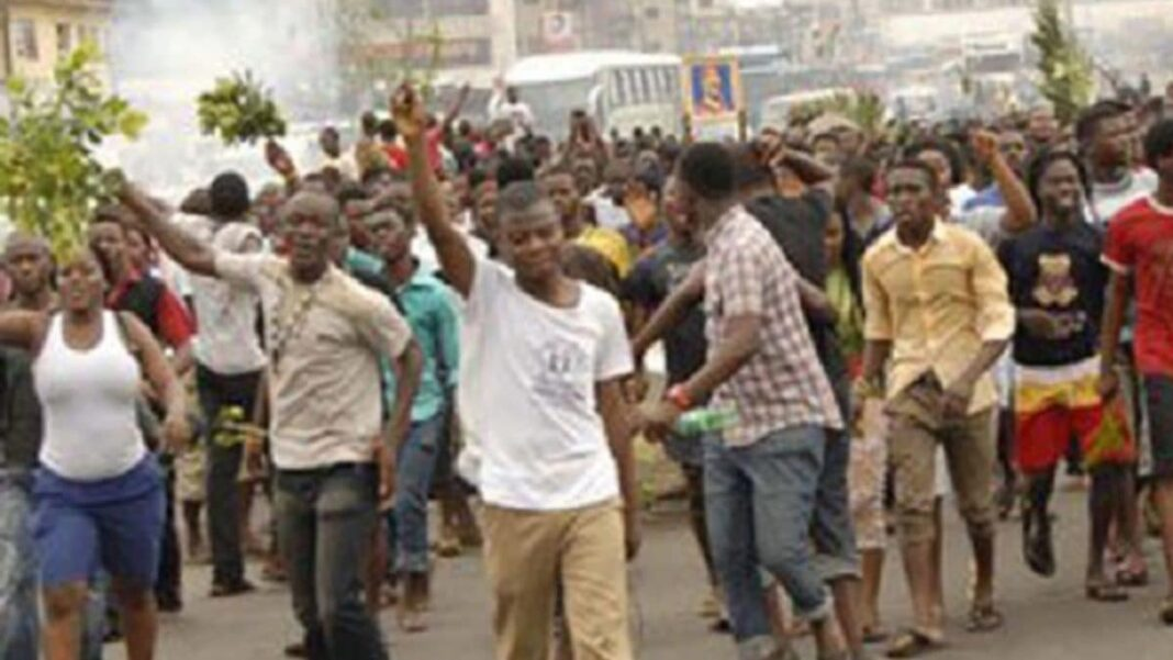 Nigeria news : Thousands of Cross River youths block highway over alleged murder of kinsman