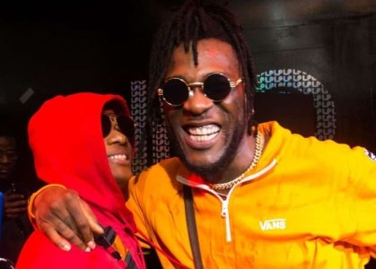 Wizkids Phone Dropped On Stage At Burna Boy's Show In London (See What followed)