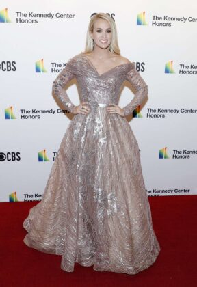 Carrie Underwood – Possing at 2019 Kennedy Center Honors in Washington
