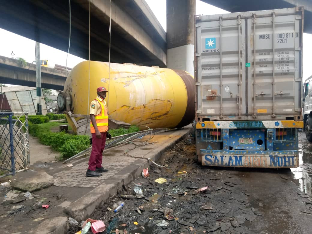 Tragedy averted as gas tank detaches from a moving truck and falls off the bridge in Ijora (photos)
