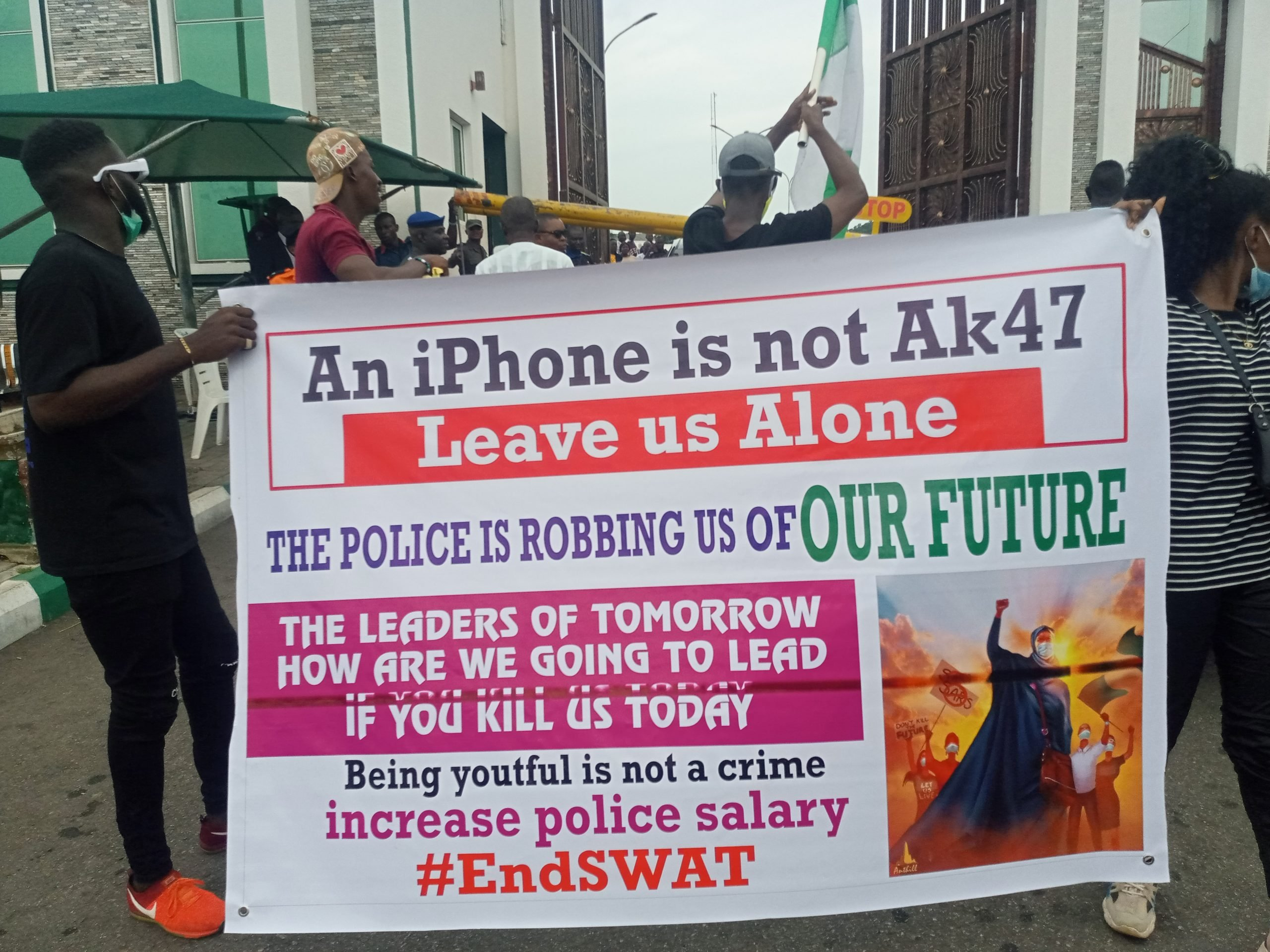 Nigeria news : BREAKING: #EndSARS Protesters block Kogi govt house, denies security operatives access