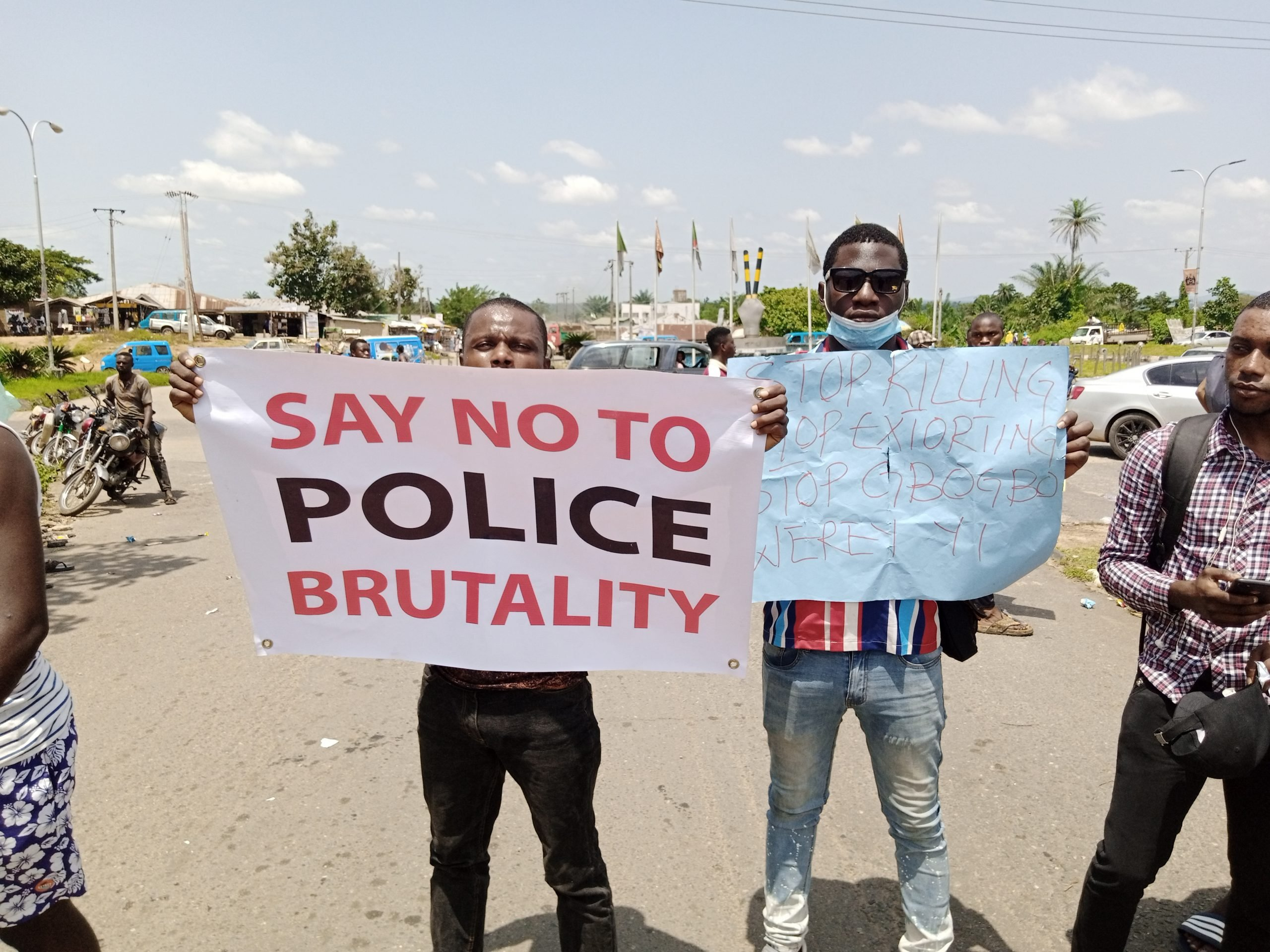 Nigeria news : #EndSARS protesters block Osun governor's office