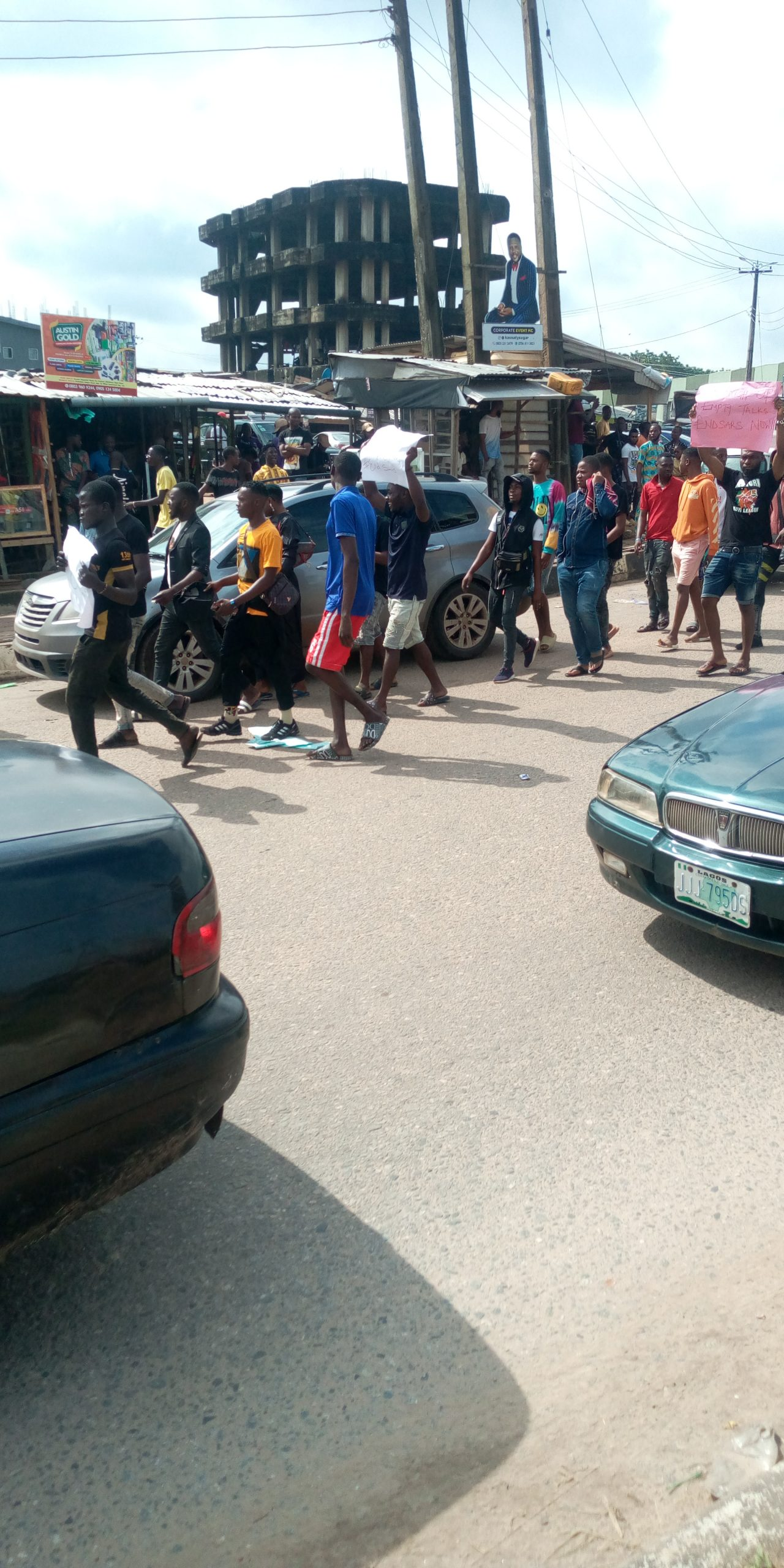 Nigeria news : #EndSARS Protesters storm Abeokuta with charms [PHOTOS]