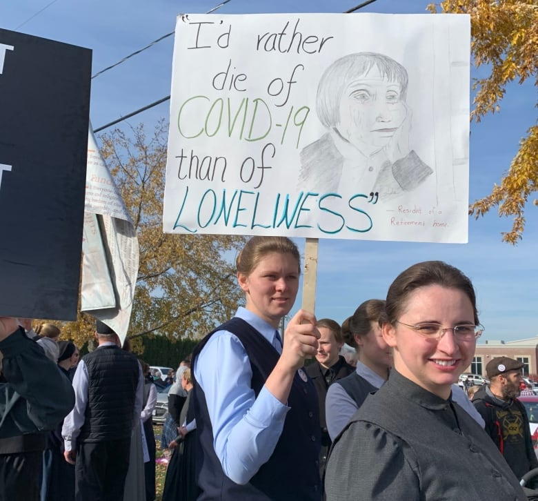 2,000 people march through Aylmer, Ont., to protest COVID-19 health measures