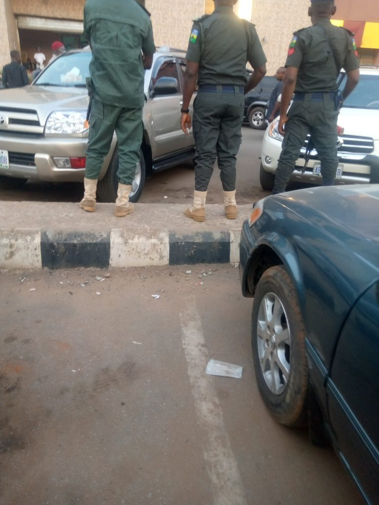 Nigeria news : Yuletide: How dignitaries defied police ban on use of escorts, sirens, others in Anambra