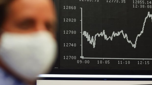 Stock markets fall, oil prices plummet as COVID-19 fears rise again