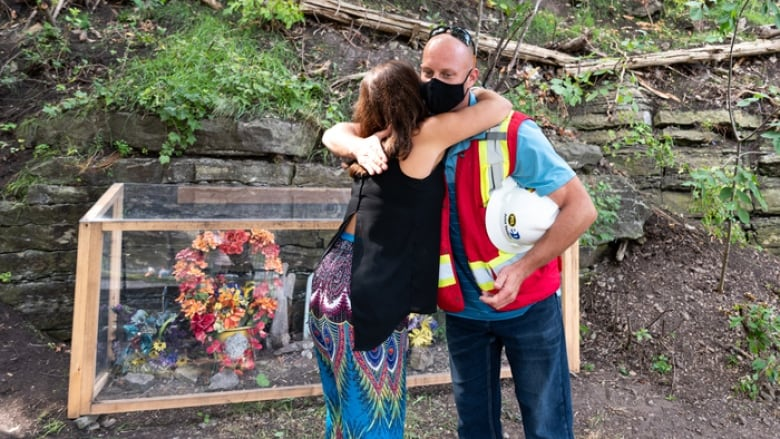 'Blew us away': Ottawa woman touched after workers protect father's memorial