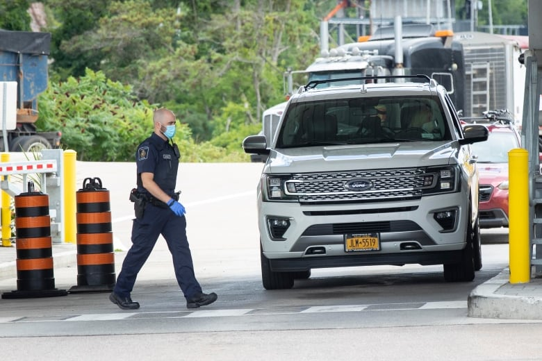 Border guards, Ottawa reach tentative deal days before travel restrictions ease