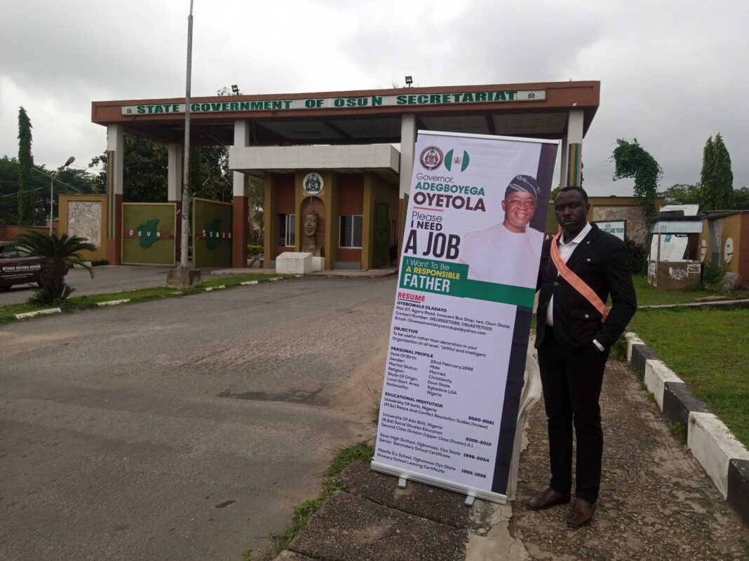 Desperate job seeker begs Gov Oyetola for help at Osun secretariat [Photos]