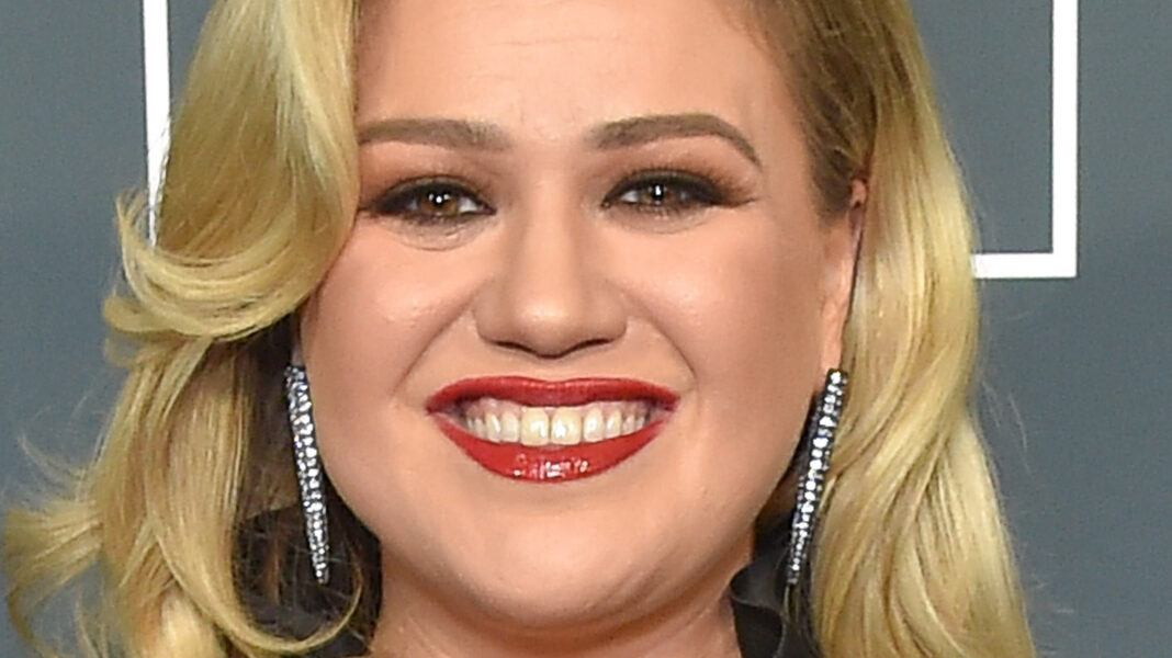 What Does Kelly Clarkson Really Think Of Ariana Grande Joining The Voice?