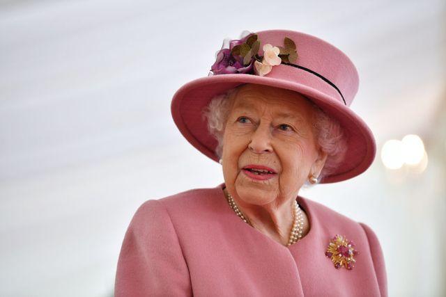 britains-queen-elizabeth-ii-speaks-with-staff-during-a-news