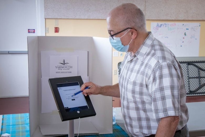 Here's why you can't vote online in the 2021 federal election